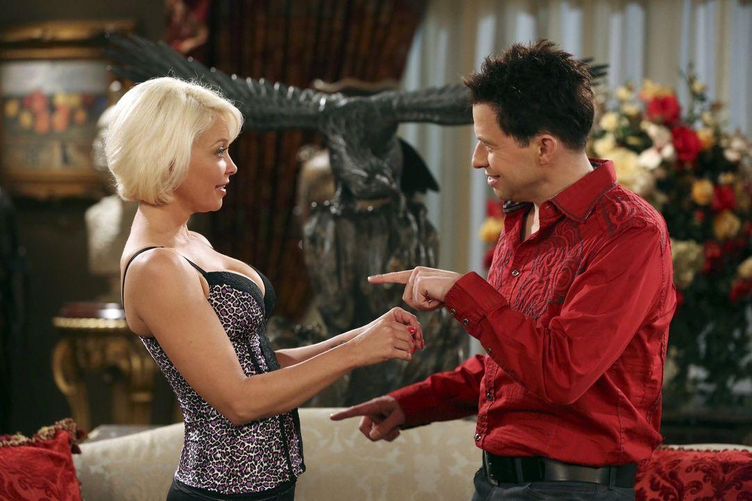 Nach seiner Typveränderung zieht Alan (Jon Cryer, r.) die Aufmerksamkeit von Meghan (Amanda Detmer, l.) auf sich. Doch was er nicht weiß: Meghan ist... - Bildquelle: Warner Brothers Entertainment Inc.