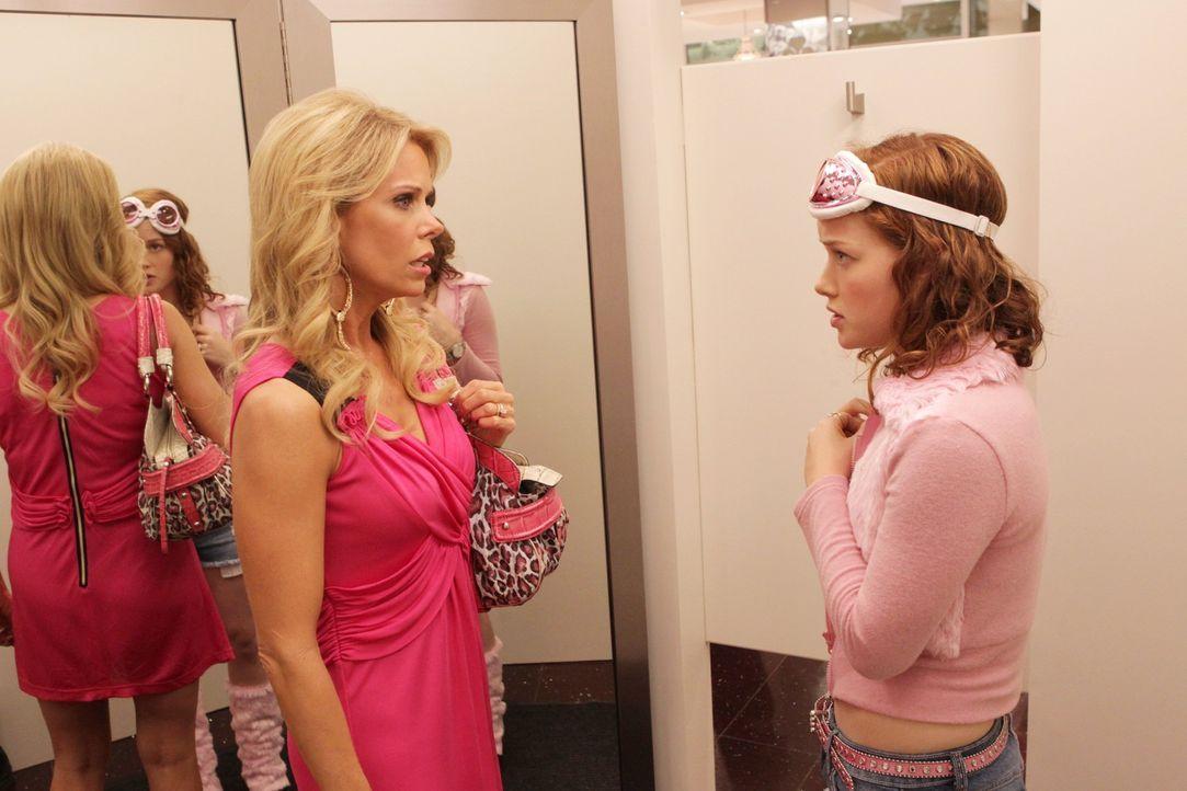 Um Tessa (Jane Levy, r.) den Einstand in ihrem neuen Zuhause zu erleichtern nimmt Dallas (Cheryl Hines, l.) sie mit zu einer Shoppingtour - doch ist... - Bildquelle: Warner Bros. Television