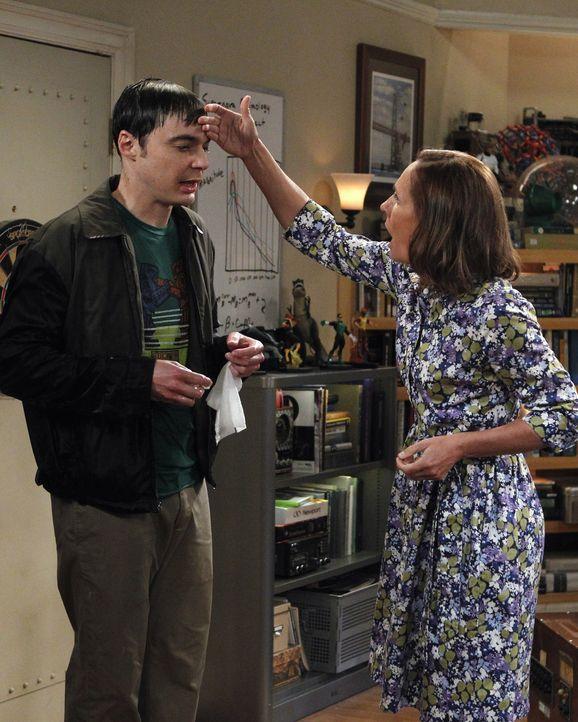 Als Sheldons (Jim Parsons, l.) Mutter Mary (Laurie Metcalf, r.) zu Besuch kommt, ist das Chaos vorprogrammiert ... - Bildquelle: Warner Bros. Television