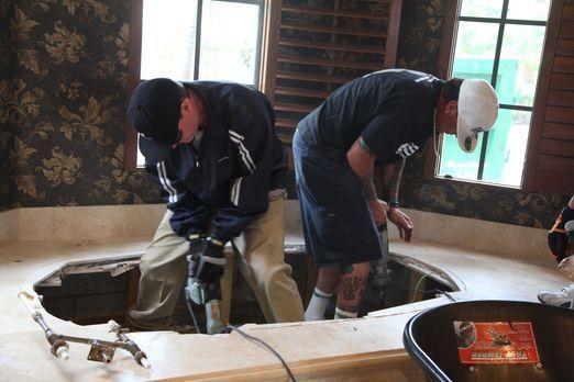 Im Hauptbad legen Vanilla Ice (r.) und sein Team Hand an und verwandeln es in...
