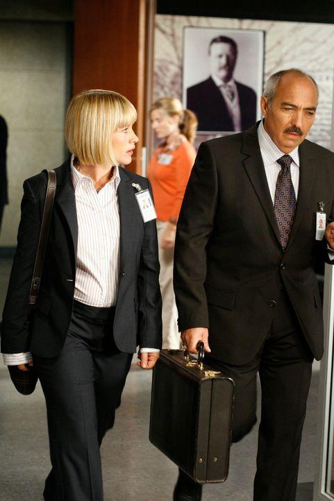 Allison (Patricia Arquette, l.) erzählt Devalos (Miguel Sandoval, r.) von ihrem seltsamen Erlebnis mit der Kamera, die sie für ihren Mann zum Geburt... - Bildquelle: Paramount Network Television
