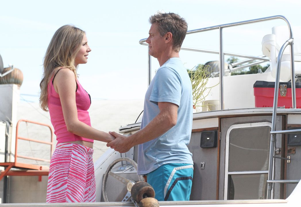 Bobby (Brian Van Holt, r.) möchte seine Beziehung zu Angie (Sarah Chalke, l.) festigen. Doch möchte sie das auch? - Bildquelle: 2011 American Broadcasting Companies, Inc. All rights reserved.