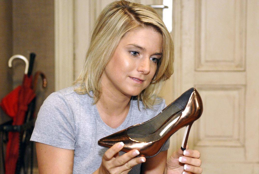 Anna (Jeanette Biedermann) schaut sehnsüchtig auf Katjas Schuhe, die sie von Jonas geschenkt bekommen hat ... - Bildquelle: Oliver Ziebe Sat.1