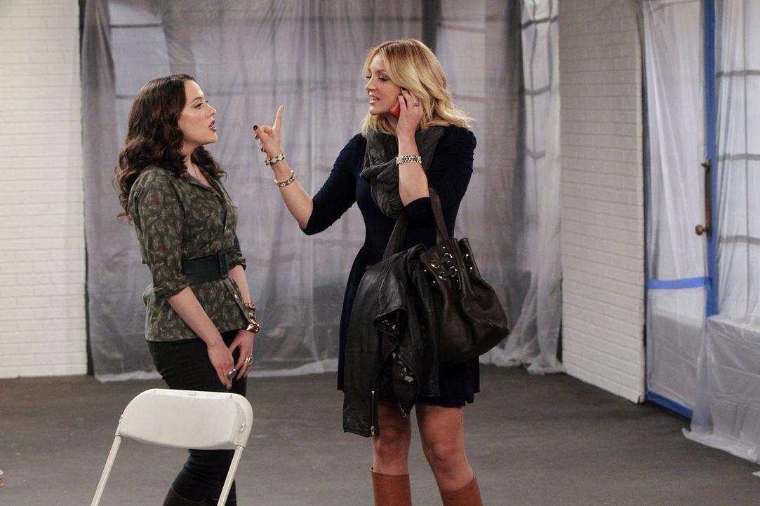 So wirklich gut ist Max (Kat Dennings, l.) als Managerin nicht, das merkt auch Molly (Natalie Cohen, r.) ... - Bildquelle: Warner Brothers