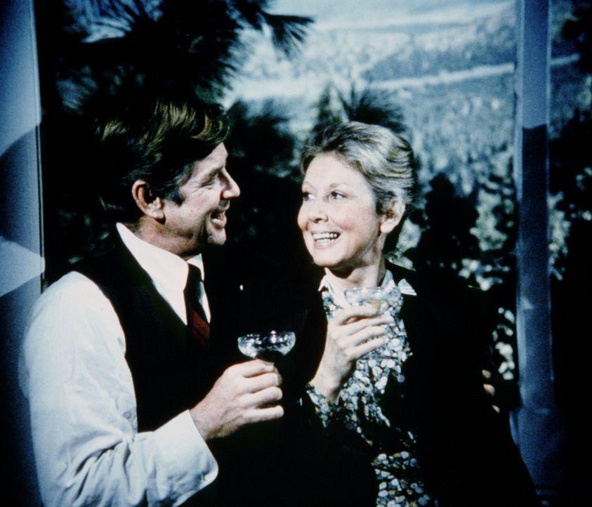 John (Ralph Waite, l.) hat sich für Olivia (Michael Learned, r.) eine ganz besondere Überraschung ausgedacht. - Bildquelle: WARNER BROS. INTERNATIONAL TELEVISION
