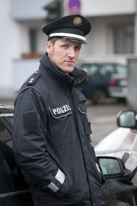 Als die Polizei (Jan Hahn) zu einem Verkehrsunfall gerufen wird, ahnt sie nicht, dass der Unfallverursacher eine Leiche im Kofferraum hat ... - Bildquelle: Martin Rottenkolber SAT.1