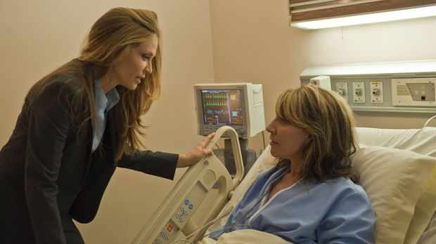 Agent June Stahl (Ally Walker, l.) hatte Gemma (Katey Sagal, r.) zugesagt, da...