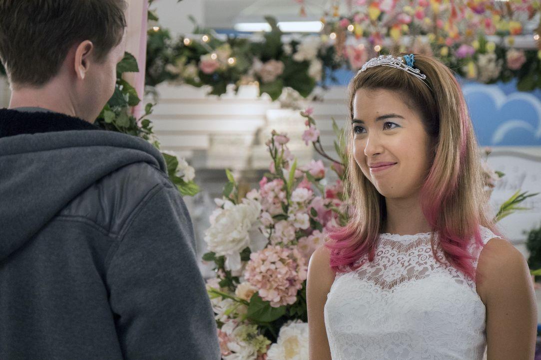 Nach einer Auseinandersetzung überrascht Cheyenne (Nicole Bloom, r.) ihren Verlobten Bo (Johnny Pemberton, r.) mit einem Brautkleid, das sie im Lade... - Bildquelle: Brandon Hickman 2015 Universal Television LLC. ALL RIGHTS RESERVED.