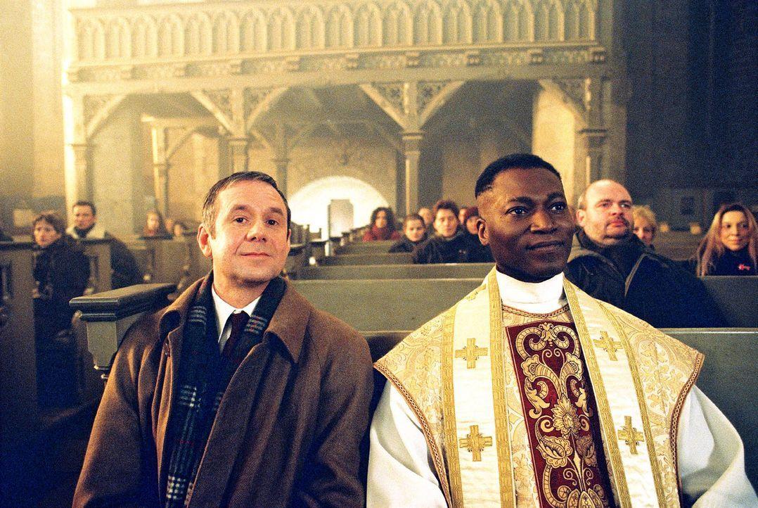 Bürgermeister Hannes Fischer (Joachim Kròl, l.) und Pater Kumalo (Aloysius Itoka, r.) freuen sich über das gelungene Krippenspiel. - Bildquelle: Gordon Mühle Sat.1