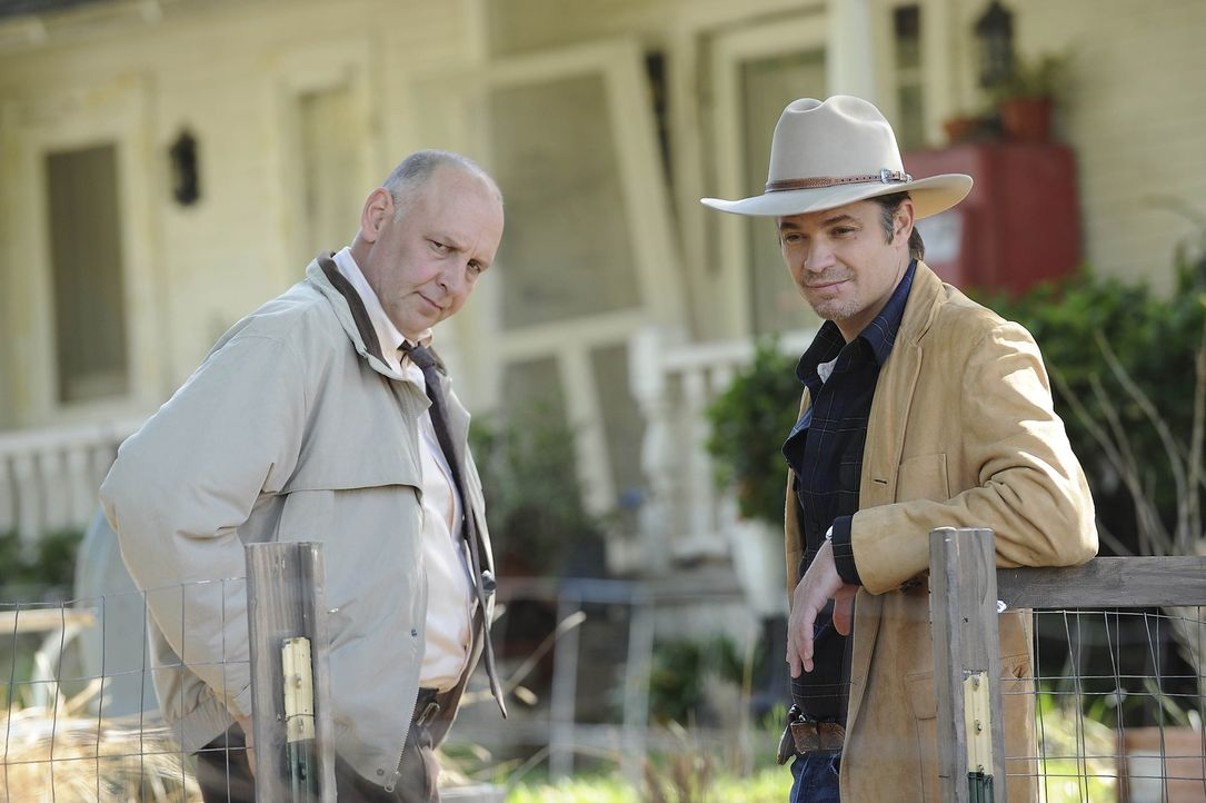 Die Crowders sorgen mal wieder für jede Menge Ärger: Chief Deputy Art Mullen (Nick Searcy, l.) und Raylan (Timothy Olyphant, r.) wollen den Schurk... - Bildquelle: 2010 Sony Pictures Television Inc. and Bluebush Productions, LLC. All Rights Reserved.