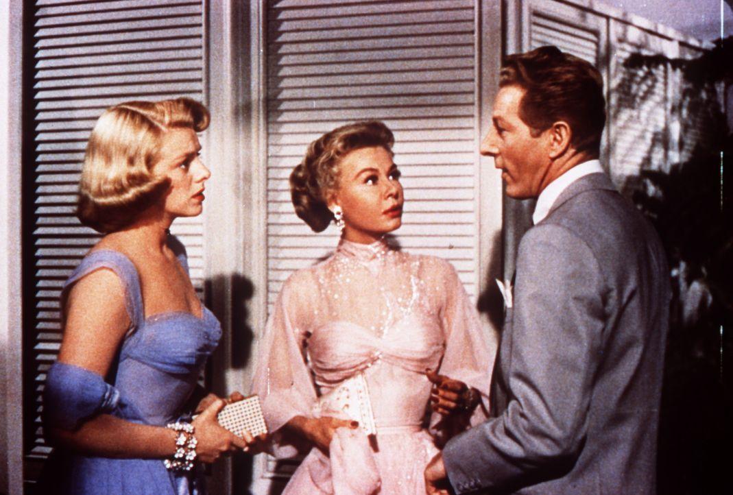 Phil Davis (Danny Kaye, r.) bittet die Schwestern Betty (Rosemary Clooney, l.) und Judy Haynes (Vera Ellen, M.) um Hilfe. - Bildquelle: Paramount Pictures