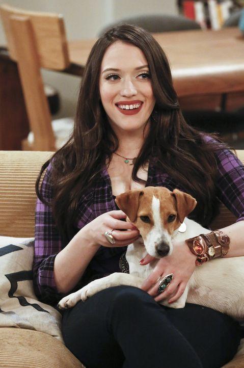 Max (Kat Dennings) bietet ihrem Freund Randy an, ein Auge auf dessen Hund Bruno zu haben und nimmt Caroline mit auf dessen Anwesen. Doch als Bruno d... - Bildquelle: 2016 Warner Brothers