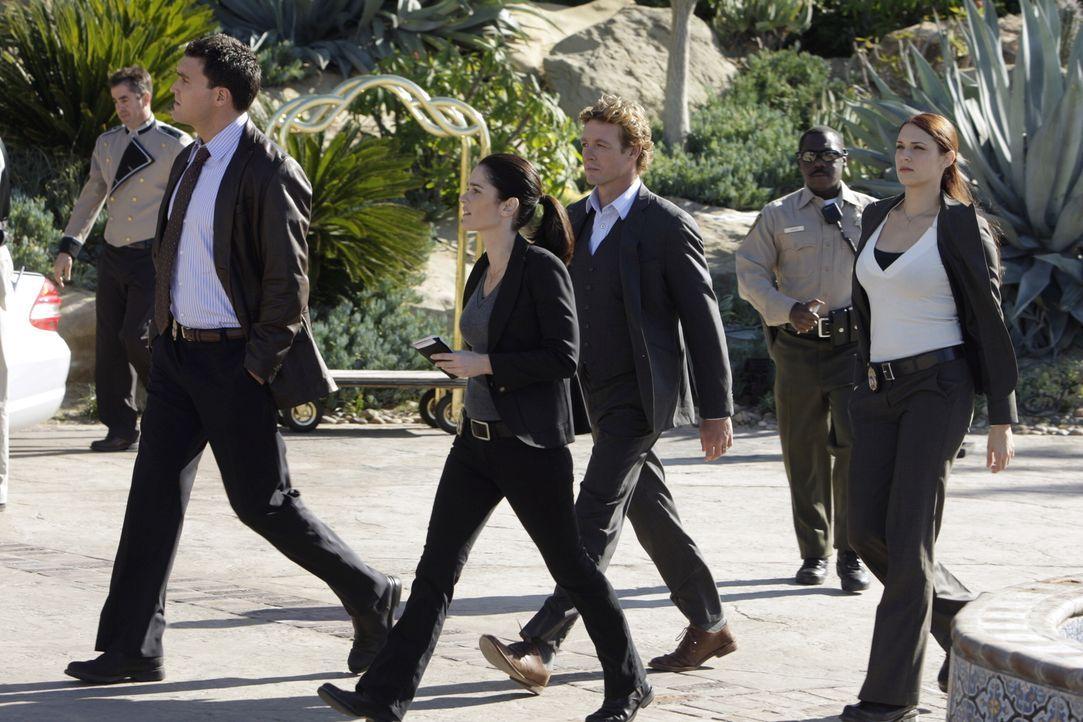 Grace (Amanda Righetti, r.), Wayne (Owain Yeoman, 2.v.r.), Teresa (Robin Tunney, 3.v.r.) und Patrick (Simon Baker, 3.v.l.) ermitteln in einem neuen... - Bildquelle: Warner Bros. Television