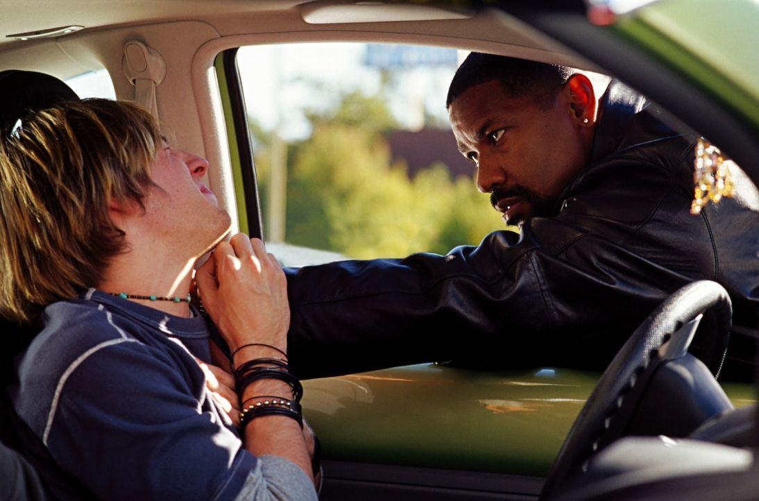 Das Lebensmotto des Cops Alonzo Harris (Denzel Washington, r.) lautet: Nur wenn du selbst wie ein Wolf bist, kannst du einen Wolf fangen. Sein neuer... - Bildquelle: Warner Bros. Pictures