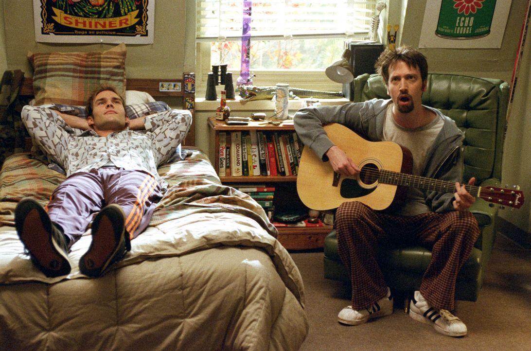 Josh Porter (Breckin Meyer, l.) hat Liebeskummer. Zum Glück gibt es Barry Manilow (Tom Green, r.), der ihn mit einem seiner Songs aufmuntert ... - Bildquelle: TM &   DREAMWORKS L.L.C.