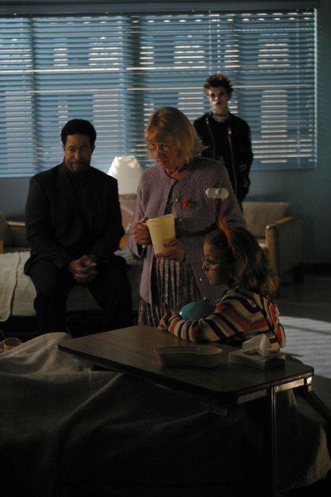 Hat Joan wirklich Kontakt zu Gott (Kathryn Joosten, 2.v.l., Jeffrey Licon, 2.v.r., John Marshall Jones, l. und Juliette Goglia, r.) gehabt? Während... - Bildquelle: Sony Pictures Television