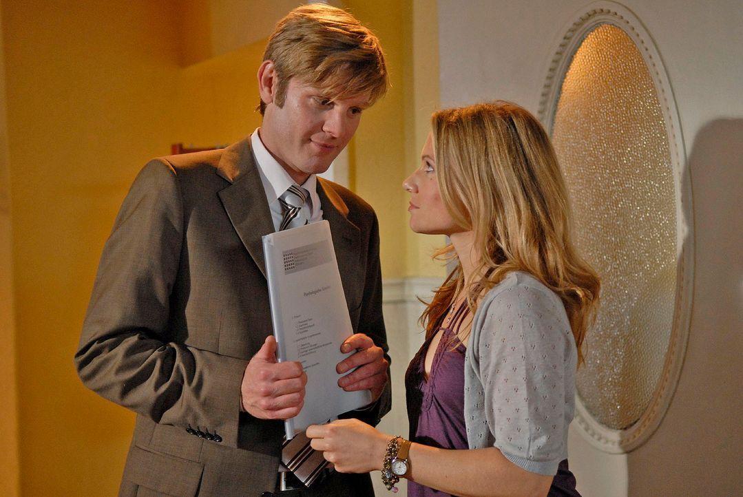 Henning (Kai Ivo Baulitz, l.) unterstützt Sophie (Daniela Preuß, r.) im Fall Dr. Tries - mit fatalen Folgen ... - Bildquelle: Christoph Assmann Sat.1