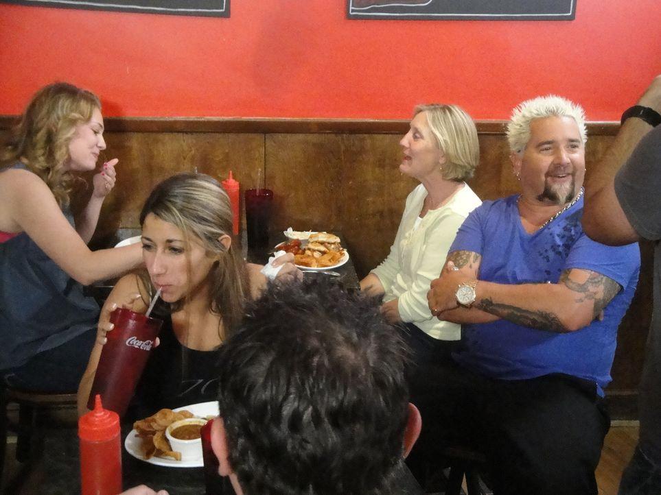 """In der """"Boston Burger Company"""" ist Guy Fieri (r.) direkt von der lockeren Atmosphäre begeistert. Wird auch der Burger seinem Anspruch gerecht werden? - Bildquelle: 2012, Television Food Network, G.P. All Rights Reserved."""
