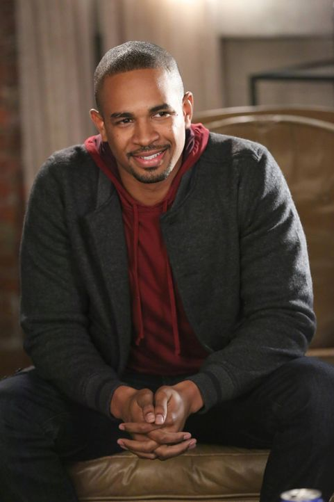 Kurzerhand taucht Coach (Damon Wayans Jr.) im Loft der Clique auf und bringt interessante Neuigkeiten mit ... - Bildquelle: TM &   2013 Fox and its related entities. All rights reserved.