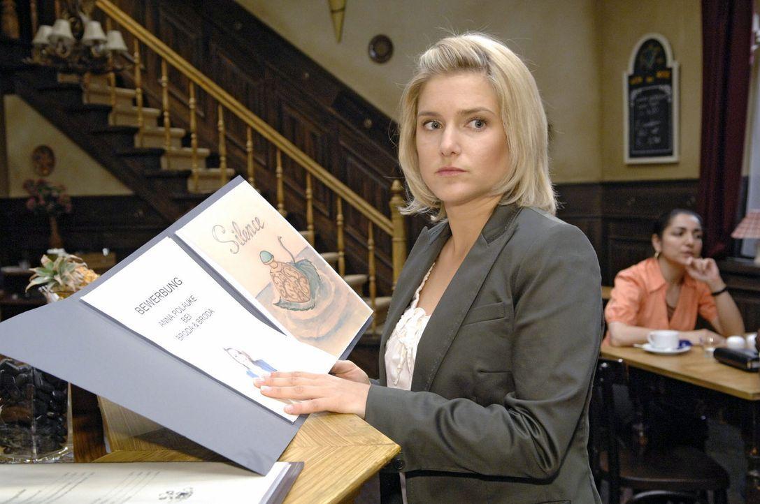 Anna (Jeanette Biedermann) nimmt all ihren Mut zusammen, um bei Broda & Broda ihre Bewerbung abzugeben.