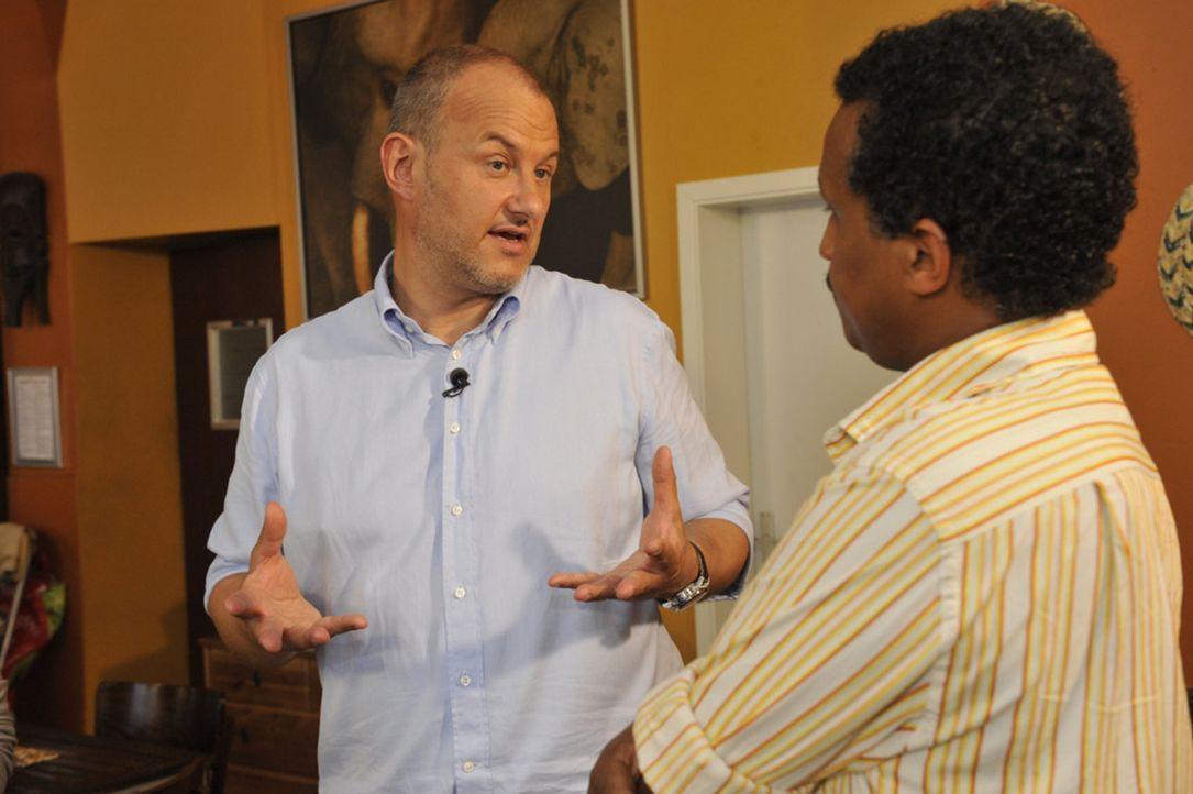 """Sternekoch Frank Rosin (l.) wird in das afrikanische Restaurant """"Savanna"""" gerufen, denn der gebürtige Sudanese Jonas Gebresselassie (r.) steht mittl... - Bildquelle: Claudius Pflug kabel eins"""