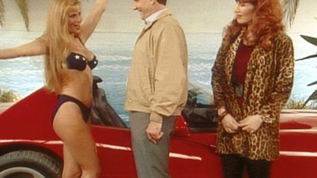 Eine knusprige Bikinidame präsentiert Al (Ed O'Neill, M.) und Peggy (Katey Sa...