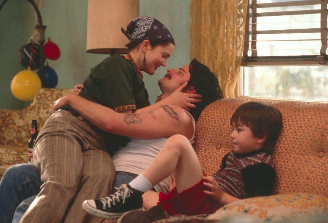 Schock: Sechs Jahre nach der Geburt ihres Sohnes (Cody Arens, r.) - Beverly (Drew Barrymore, l.) hatte nie die Hoffnung aufgegeben, doch noch aufs C... - Bildquelle: 2003 Sony Pictures Television International. All Rights Reserved.