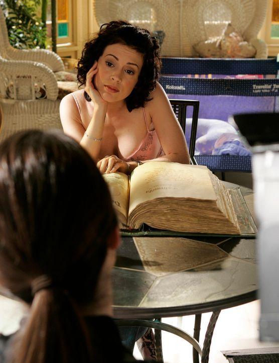 Paige (Rose McGowan, r.) möchte überprüfen, ob Drake wirklich kein Dämon mehr ist, und erst als er das Buch der Schatten berührt, kann sie überzeugt... - Bildquelle: Paramount Pictures