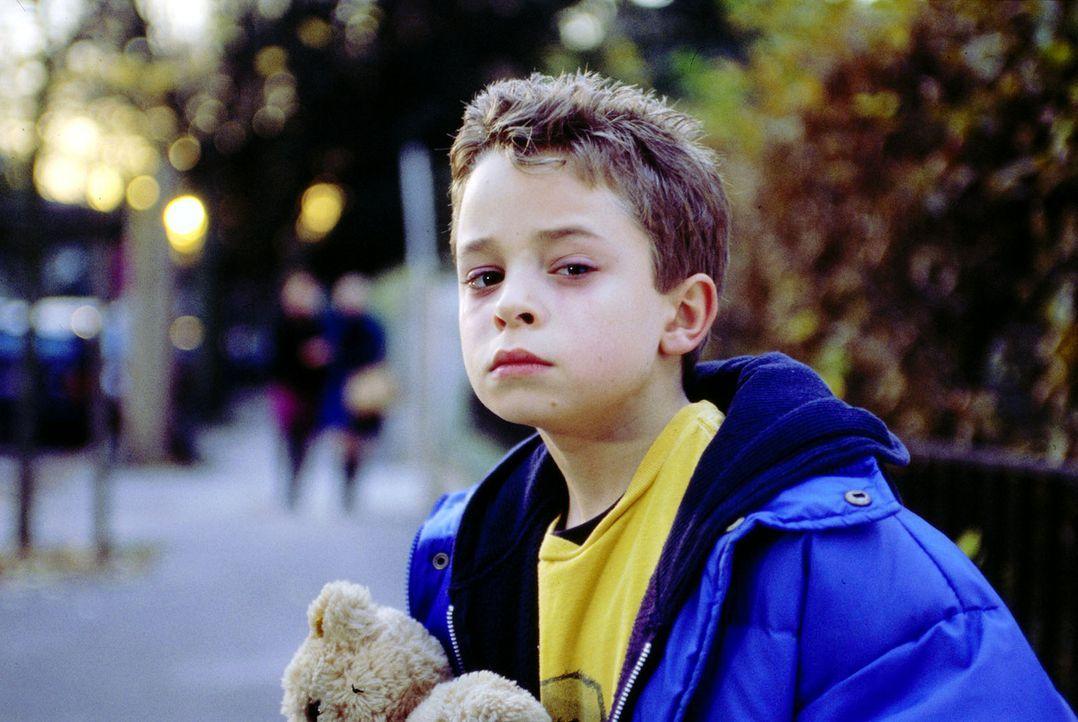 Sascha (David Kötter) wünscht sich eine eigene Familie. Am liebsten hätte er es, wenn sich seine Erzieherin Pamela in den Werber Tom verlieben würde... - Bildquelle: Thiele Sat.1