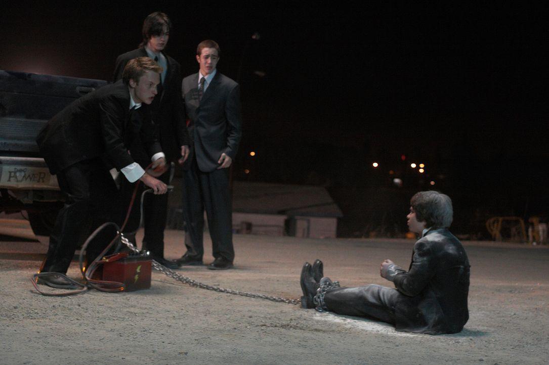 Kyle (Joshua Close, l.) und seine Kumpel (Alex House, 2.v.r. und Nick Ouellette, 2.v.l.) machen es Sam (Ryan Pinkston, r.) an der neuen Schule nicht... - Bildquelle: New Line Cinema