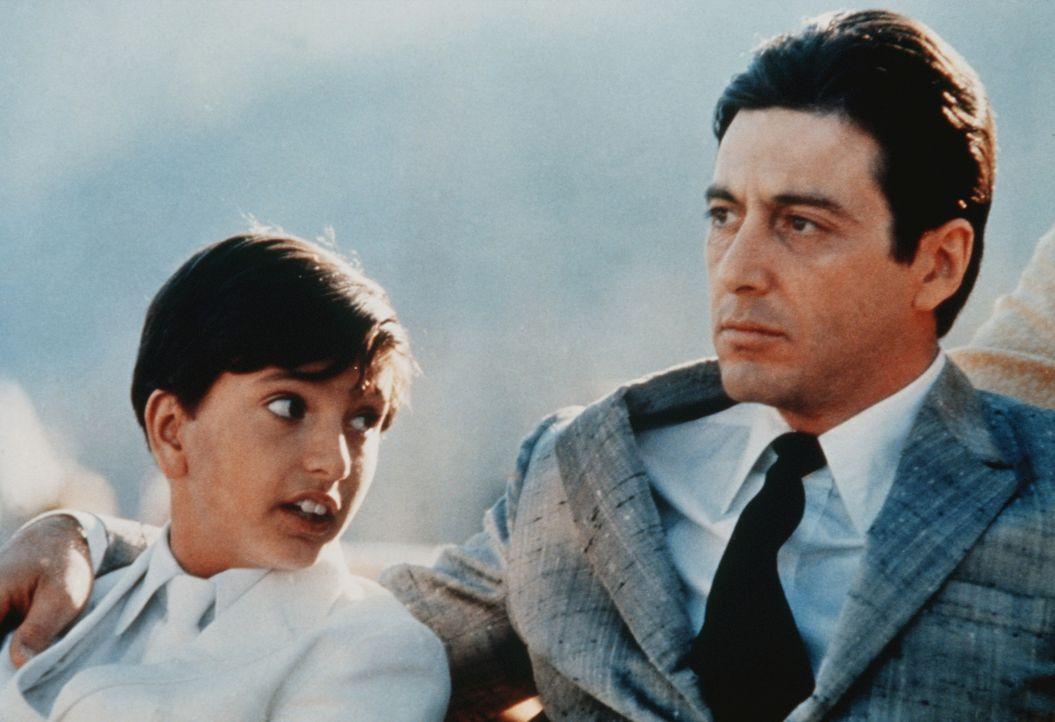 Von Michael Corleone (Al Pacino, r.) wird der junge Anthony Vito Corleone (James Gounaris, l.) schon früh in das Leben eines Paten eigeführt. - Bildquelle: Paramount Pictures