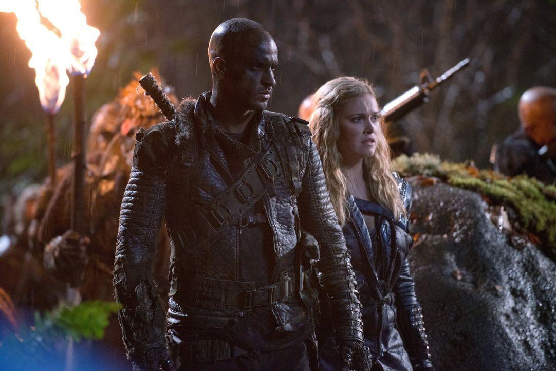 Lincoln (Ricky Whittle, l.) und Clarke (Eliza Taylor, r.) sind geschockt, als ihnen bewusst wird, dass der Kommandeur der Grounder eine folgenschwer... - Bildquelle: 2014 Warner Brothers