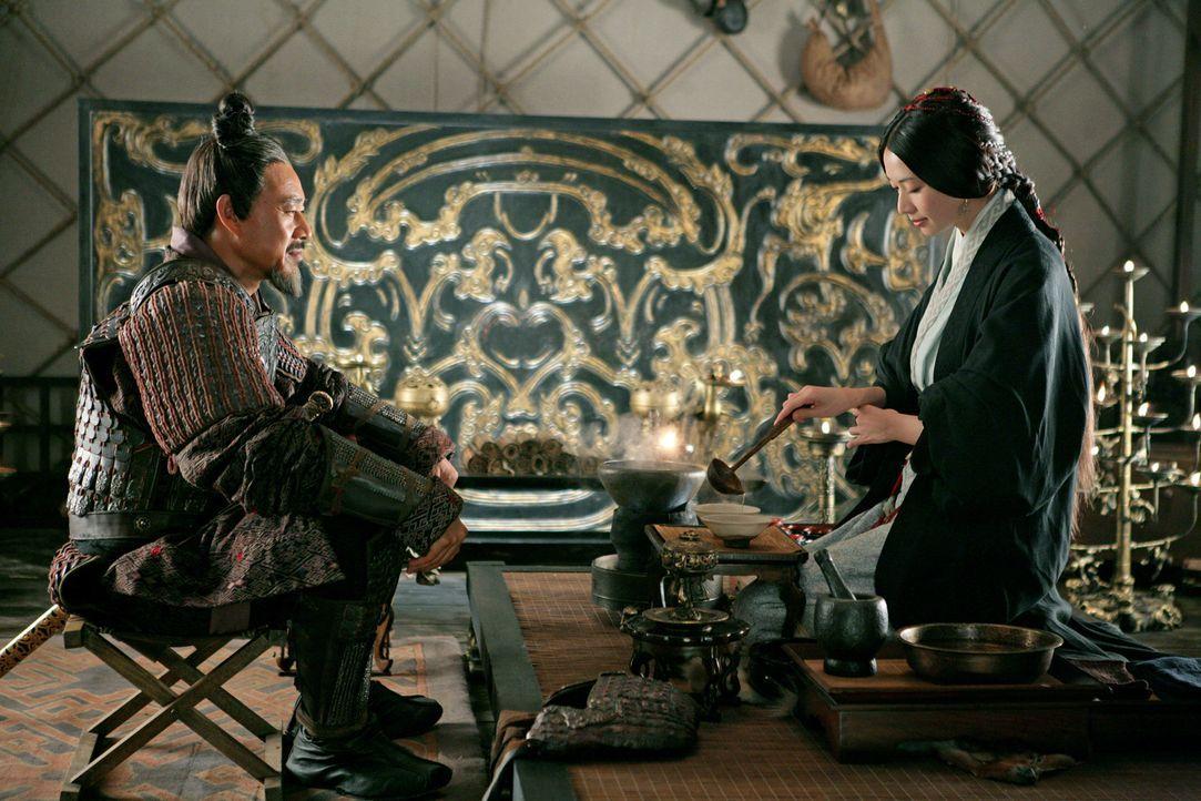 Ist die schöne Xiao Qiao (Chiling Lin, r.) der eigentliche Grund für den schrecklichen Krieg, den Cao Cao (Fengyi zhang, l.) führt? - Bildquelle: Constantin Film Verleih GmbH