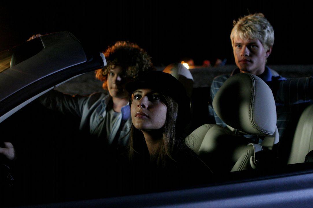 Kaitlin (Willa Holland, M.) macht sich mit Brad (Wayne Dalglish, l.) und Eric (Corey Price, r.) auf zum Newport Plaza um einen Joint zu rauchen, dab... - Bildquelle: Warner Bros. Television