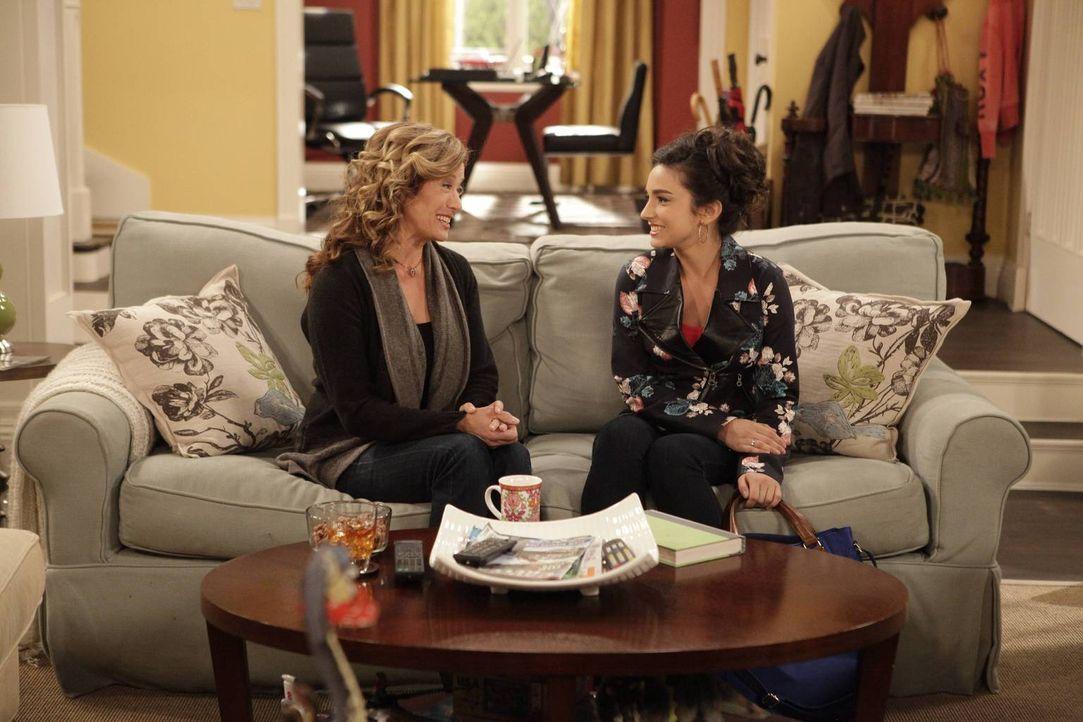 Vanessa (Nancy Travis, l.) schlägt ihrer Tochter Mandy (Molly Ephraim, r.) vor, in eine Studentenverbindung einzutreten, um sich so das Collegeleben... - Bildquelle: 2013 Twentieth Century Fox Film Corporation. All rights reserved.