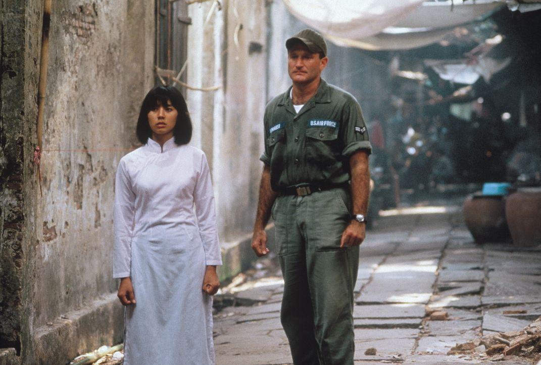 Adrian Cronauer (Robin Williams, r.) verliebt sich in die Vietnamesin Trinh (Chintara Sukapatana, l.), was ihm zum Verhängnis wird ... - Bildquelle: Touchstone Pictures