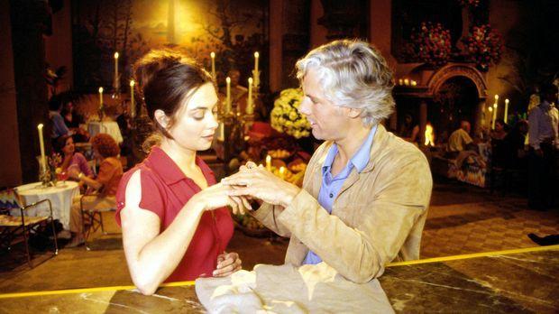 Luise (Julia Richter, l.) gibt Max (Philipp Brenninkmeyer, r.) den Ring zurüc...
