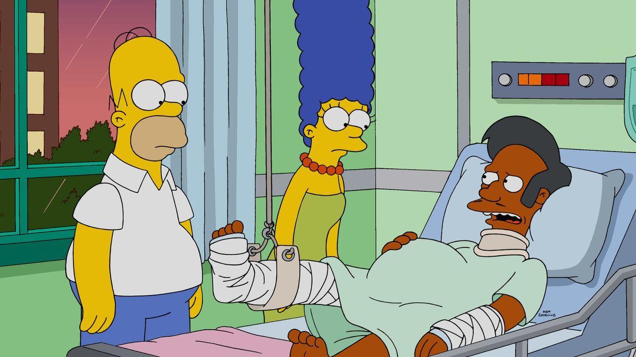 Durch die Unfähigkeit von Chief Wiggum und einen folgenschweren Unfall, gerät Apus (r.) Zukunft in große Gefahr. Homer (l.) und Marge (M.) kümmern s... - Bildquelle: 2015 Fox and its related entities.  All rights reserved. reserved.