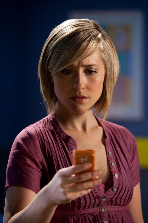 Das eigene Sicherheitssystem wird Chloe (Allison Mack) zum Verhängnis, als Tess in den Wachturm eindringt ... - Bildquelle: Warner Bros.