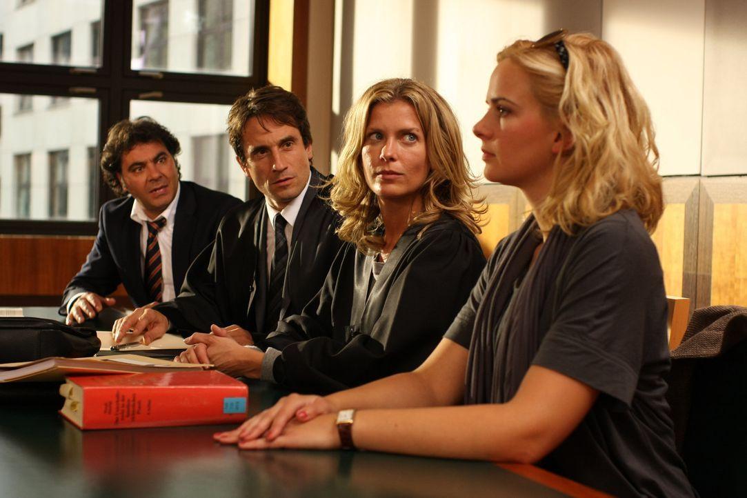 Franco (Antonio Putignano, l.) und Silke (Denise Zich, r.) führen einen knallharten Scheidungskrieg. Hanno Wolf (Oliver Mommsen, 2.v.l.) vertritt d... - Bildquelle: SAT.1