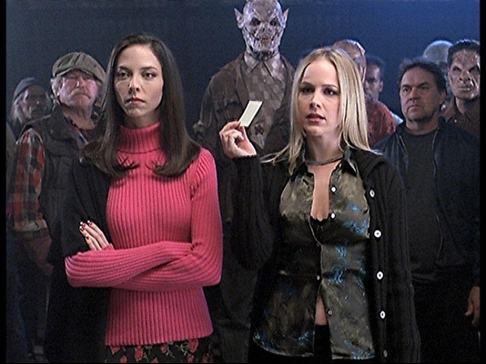 Darla (Julie Benz, vorne r.) und Drusilla (Juliet Landau, vorne l.) wollen eine Unterweltarmee aufstellen und suchen unter den Dämonen nach geeignet... - Bildquelle: TM +   2000 Twentieth Century Fox Film Corporation. All Rights Reserved.