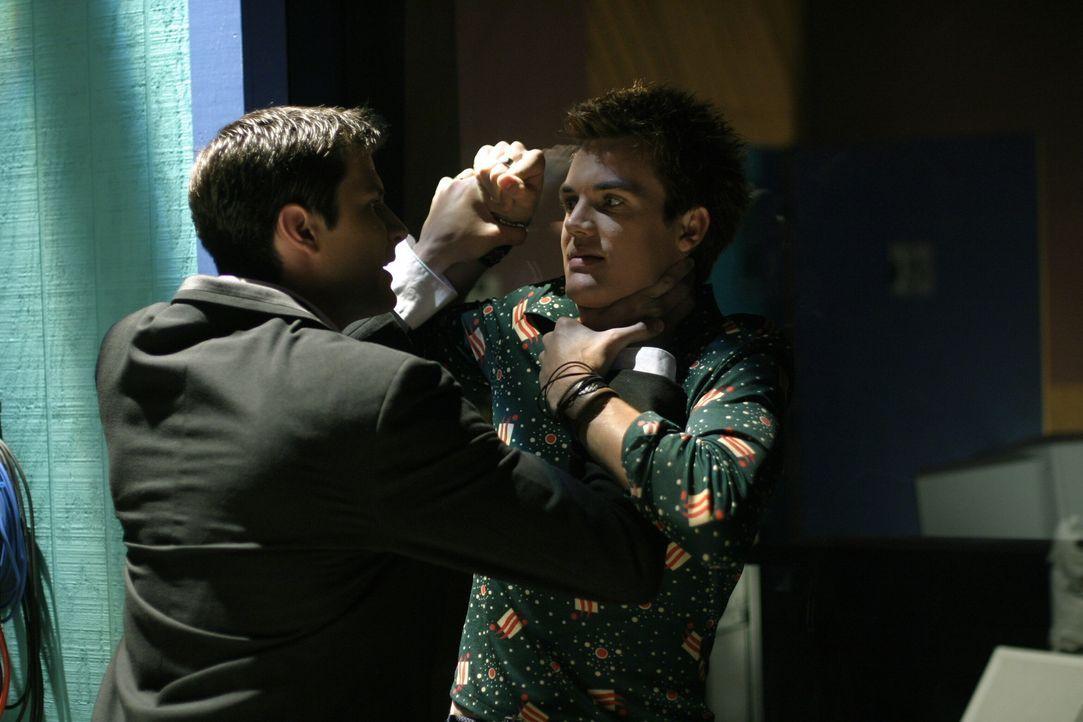 Wegen Haley geraten die beiden Jungs Chris (Tyler Hilton, r.) und Nathan (James Lafferty, l.) heftig aneinander ... - Bildquelle: Warner Bros. Pictures
