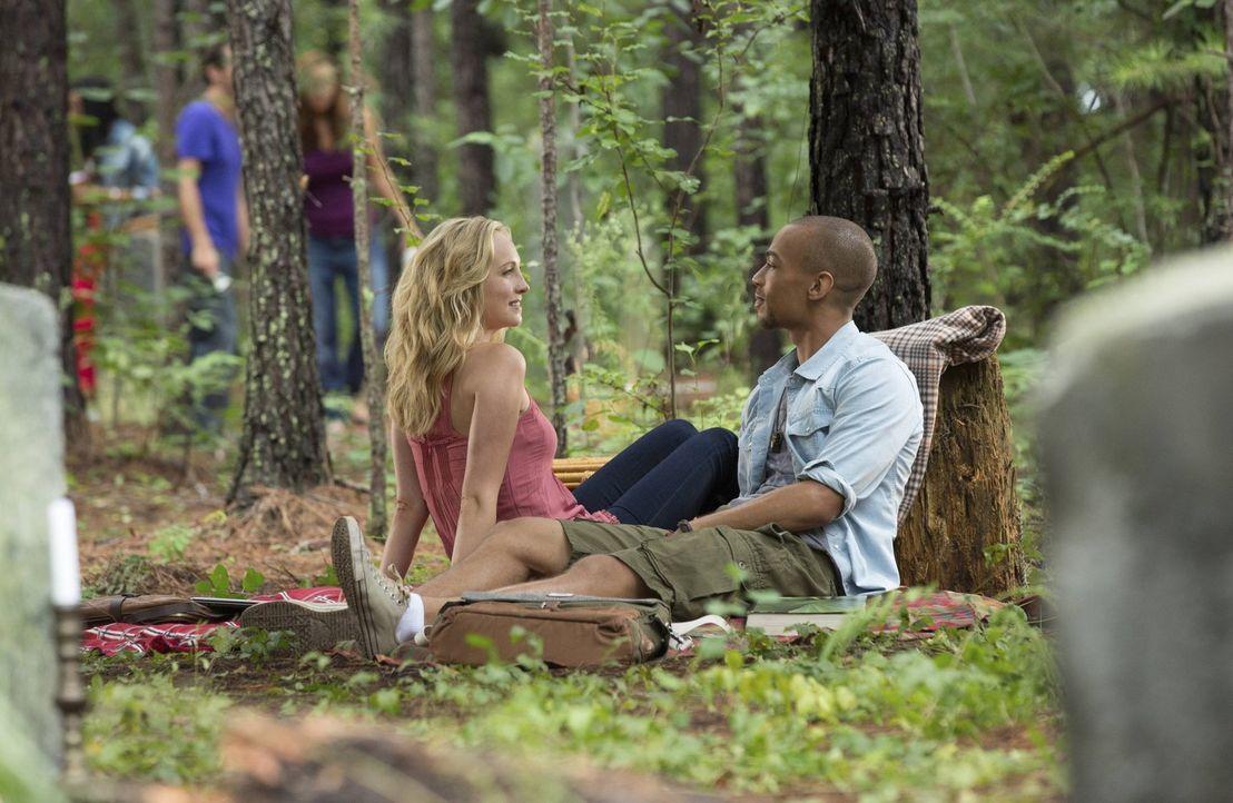 Jesse (Kendrick Sampson, r.) sieht endlich seine Chance gekommen, sich an Caroline (Candice Accola, l.) heranzumachen. Wird sie sich darauf einlassen? - Bildquelle: Warner Brothers