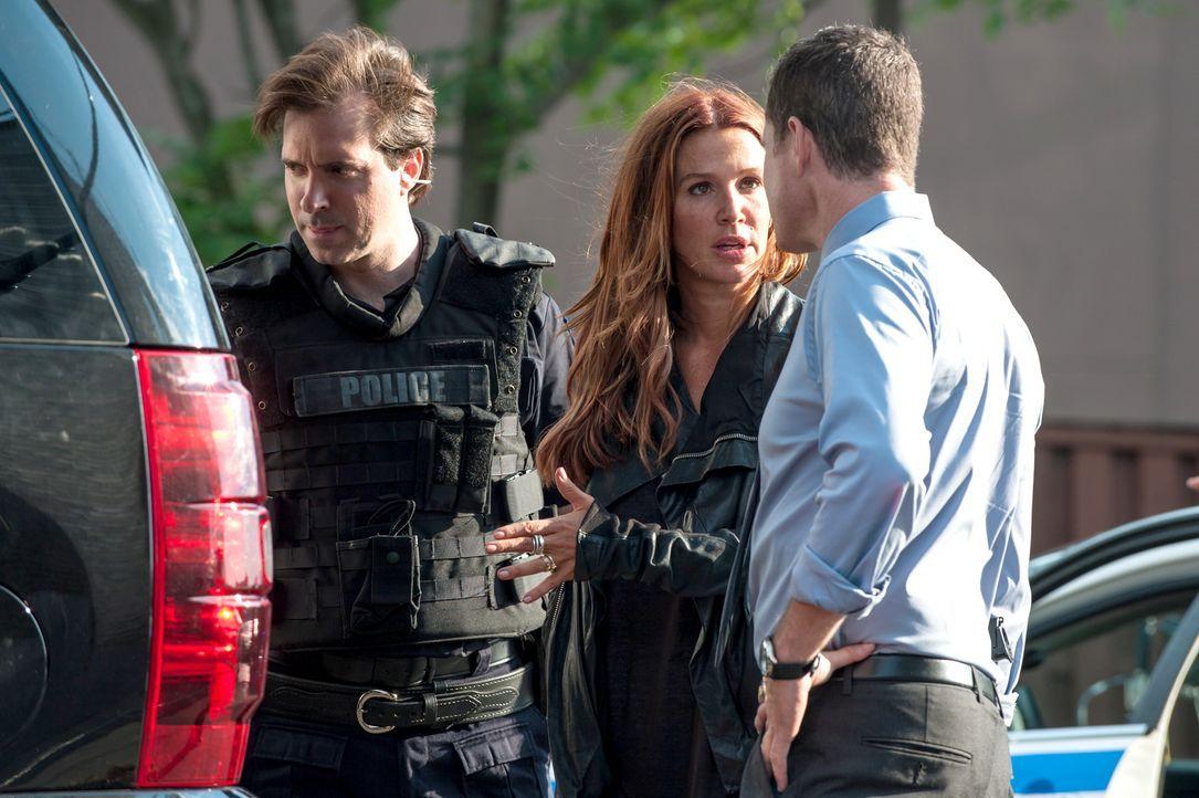 Als ein Regierungsinformant ermordet wurde, nehmen Carrie (Poppy Montgomery, M.) und Al (Dylan Walsh, r.) die Ermittlungen auf ... - Bildquelle: 2013 Sony Pictures Television Inc. All Rights Reserved.
