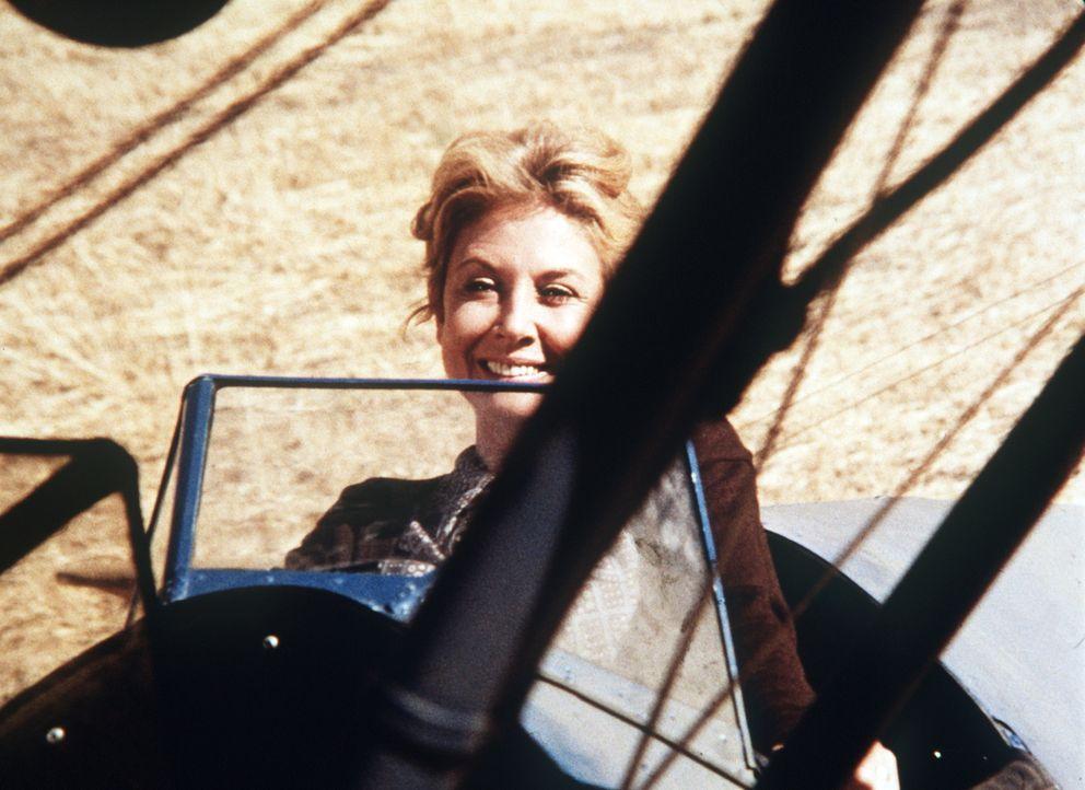 An ihrem Geburtstag hängt Olivia Walton (Michael Learned) in dem notgelandeten Postflugzeug ihren Träumen nach ... - Bildquelle: WARNER BROS. INTERNATIONAL TELEVISION