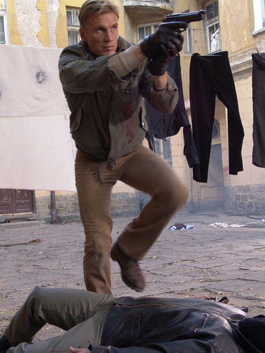 Nick Cherenko (Dolph Lundgren) lockt Sasha und dessen Bodyguards in einen Hinterhalt und tötet alle - glaubt er ... - Bildquelle: Nu Image Films