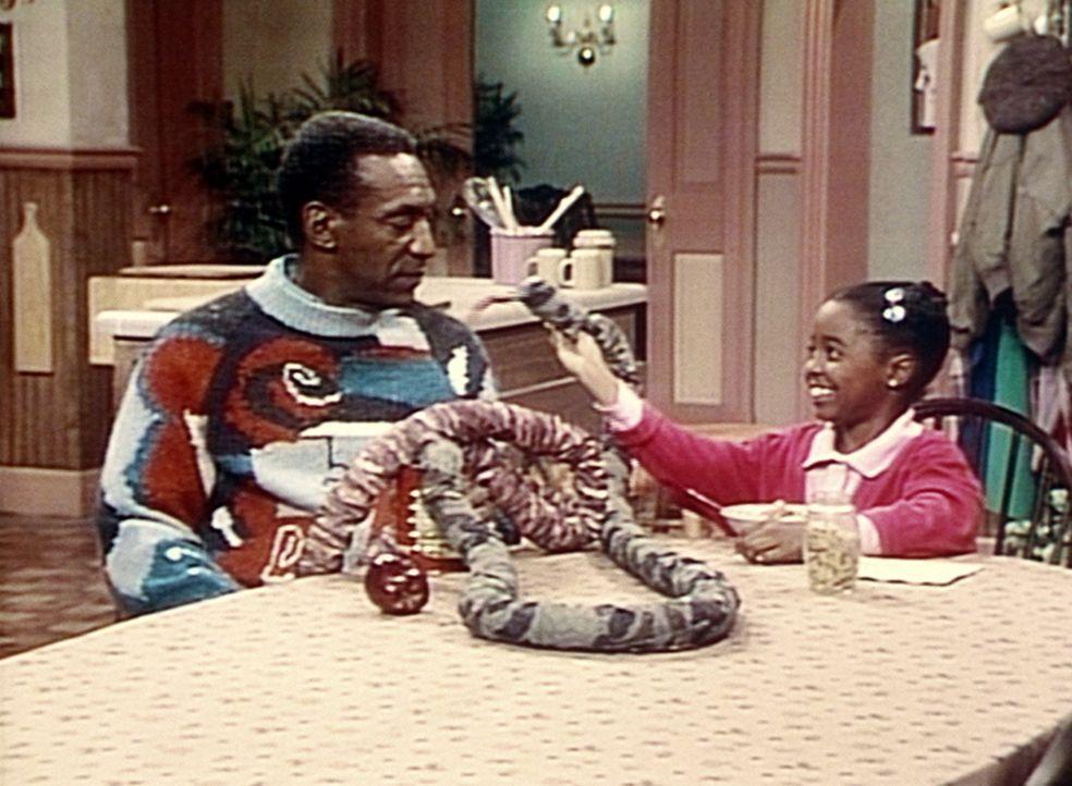 Rudy (Keshia Knight Pulliam, r.) kann zaubern und überrascht selbst Cliff (Bill Cosby, l.) mit ihren Tricks ... - Bildquelle: Viacom