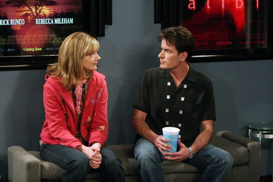 Charlie (Charlie Sheen, r.) und Myra (Judy Greer, l.) entdecken ihre Sympathie füreinander ... - Bildquelle: Warner Brothers Entertainment Inc.