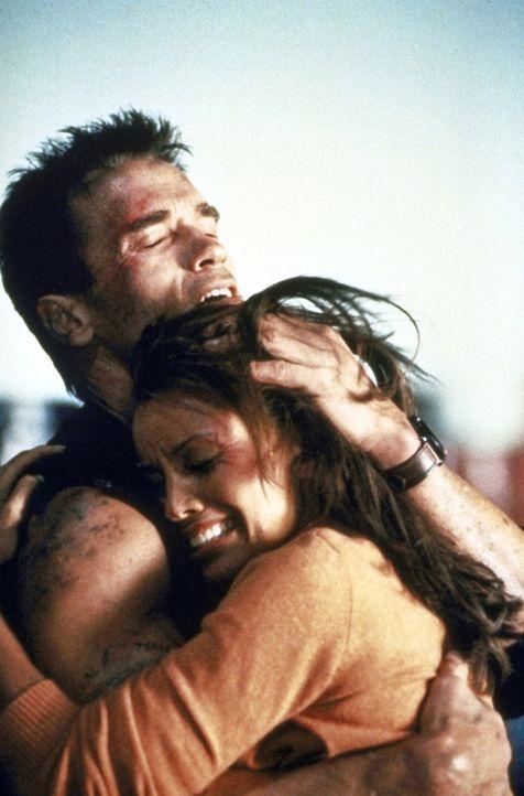 Es gibt nur noch einen Mann, dem Lee (Vanessa Williams, r.) ihr Leben anvertrauen kann: John (Arnold Schwarzenegger, l.) ... - Bildquelle: Warner Brothers International Television Distribution Inc.