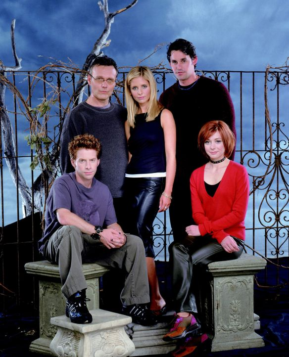 (4. Staffel) - Unterstützen sich bei der Jagd nach Dämonen: Oz (Seth Green, l.), Giles (Anthony Stewart Head, 2.v.l.), Buffy (Sarah Michelle Gellar,... - Bildquelle: Twentieth Century Fox Film Corporation.
